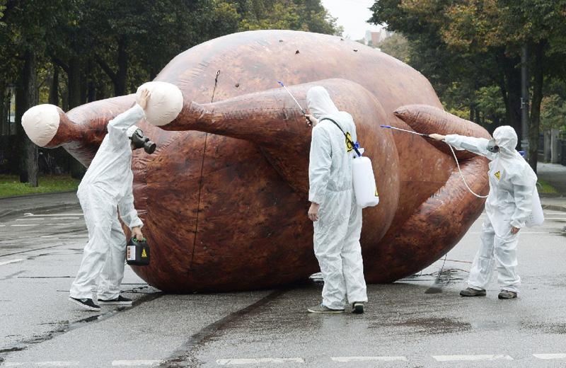 独ミュンヘンで、巨大チキンを検査中