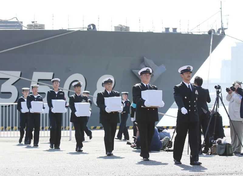海上自衛隊が戦没者遺骨137柱を初めて輸送