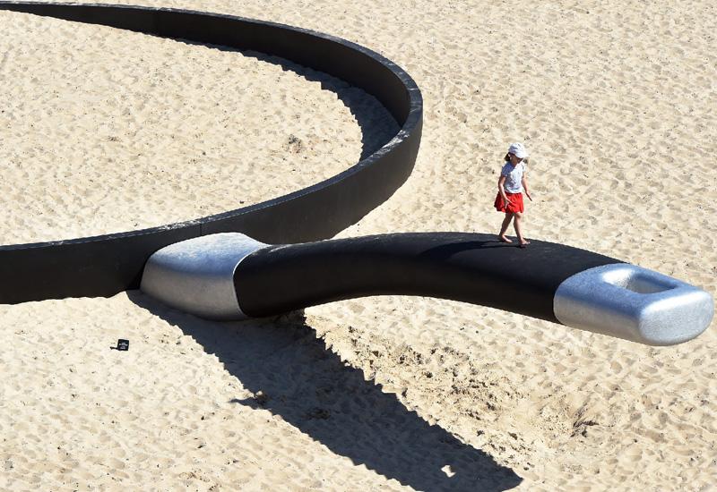 シドニーの海岸に親指サイズの女の子?
