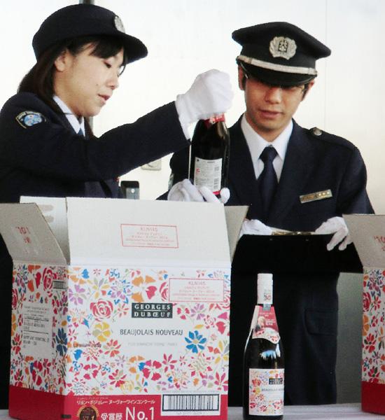 「ボージョレ・ヌーボー」初荷羽田空港に到着