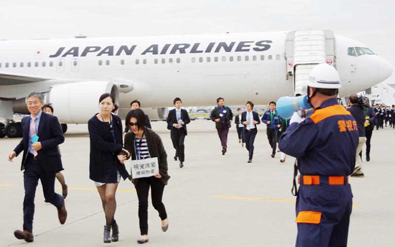 130人が参加、羽田空港で旅客機から避難訓練