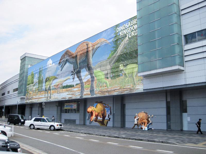 JR福井駅の駅舎に恐竜の絵のラッピングを