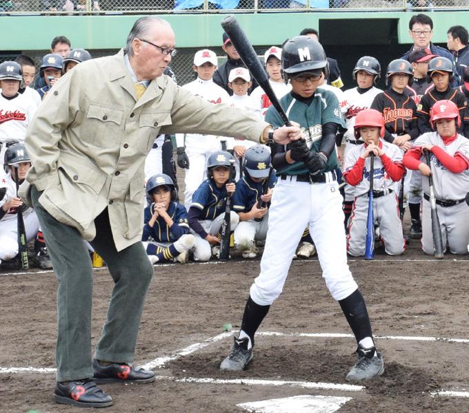 長嶋さんが少年野球教室、小学生240人参加