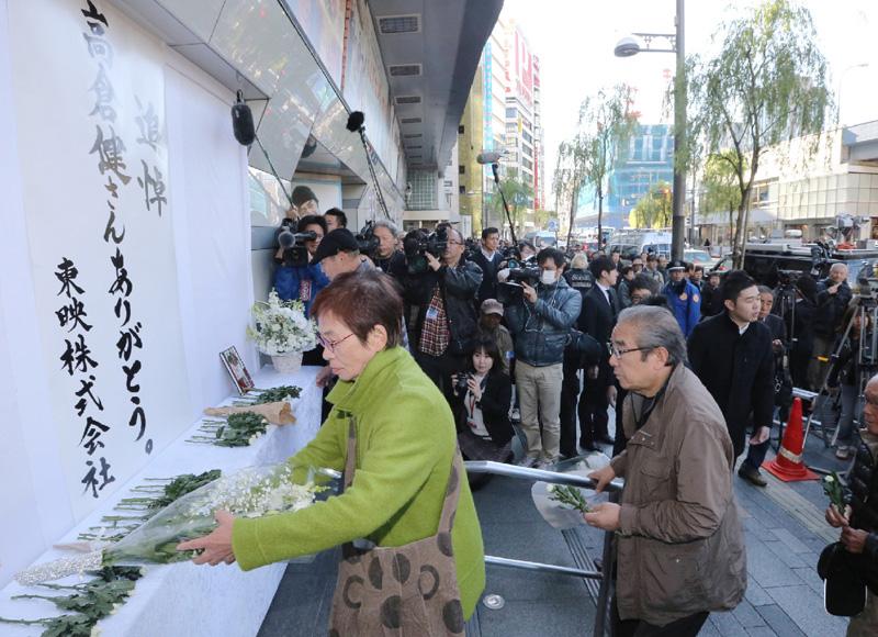 映画館に俳優の高倉健さんの献花台や哀悼文