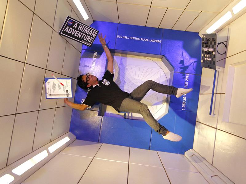NASA認定の宇宙博、心も浮かれる無重力?