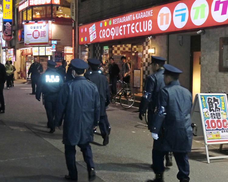 新宿歌舞伎町で、客引き撲滅のパトロール