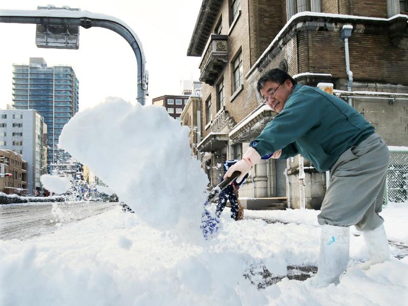 日本海側は大雪警戒続く、航空や新幹線に乱れ