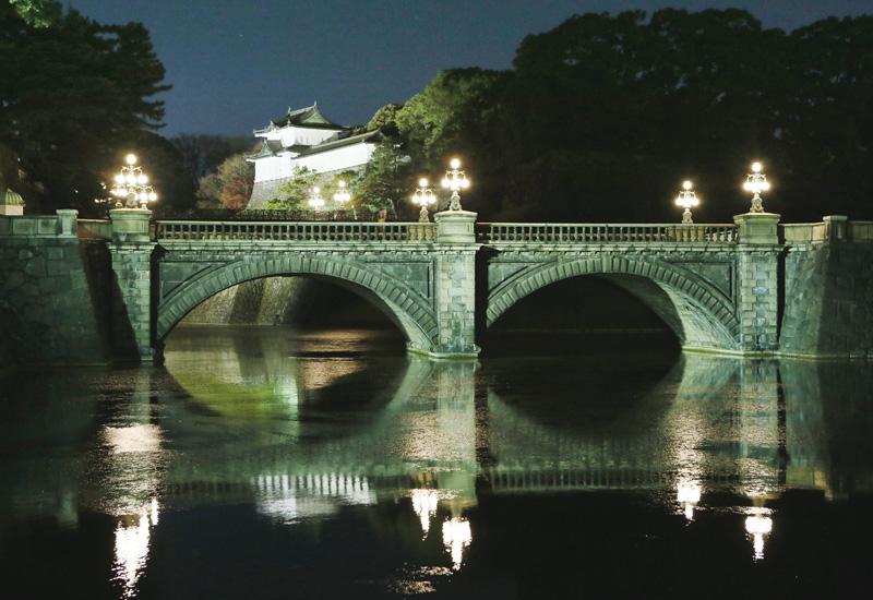 発光ダイオードで浮かび上がる二重橋
