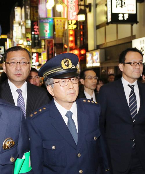 高綱直良警視総監が新宿・歌舞伎町を巡視