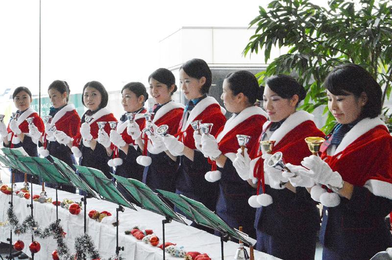 成田空港、ハンドベルでクリスマスソング