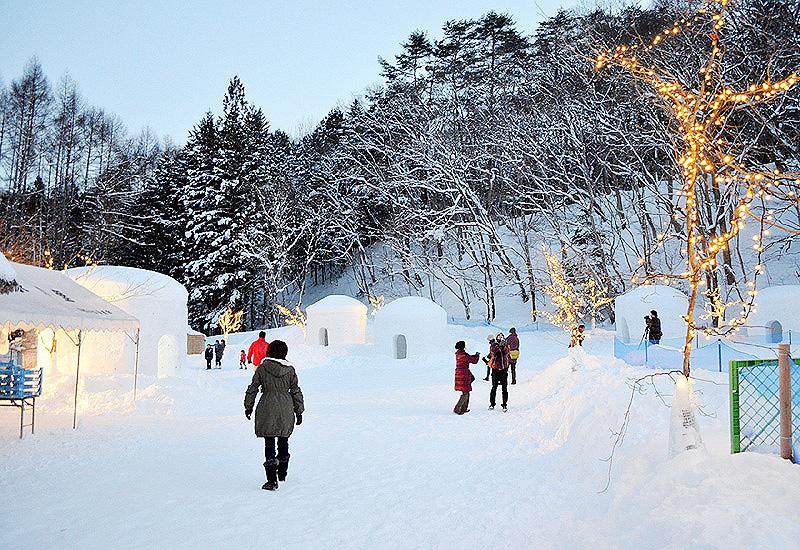 日光市の湯西川温泉で冬の風物詩「かまくら祭」