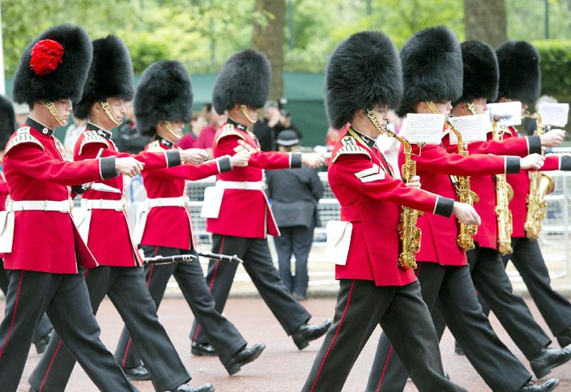 英ロンドン名物の衛兵が「後方」勤務に