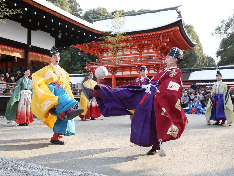 京都・下鴨神社の雪が残る境内で「蹴鞠初め」
