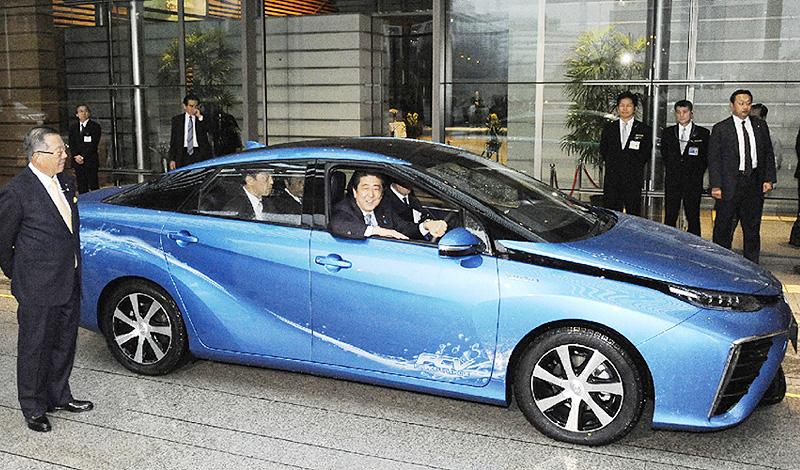 安倍晋三首相が燃料電池車「ミライ」に試乗