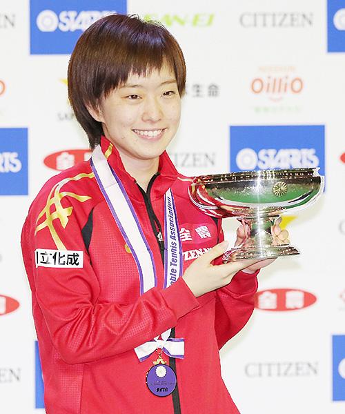 石川佳純が3冠、際立つ女王の強さ