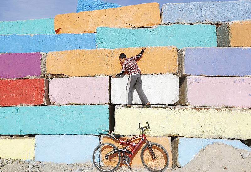 ハマスの戦闘で荒廃した町に彩りを