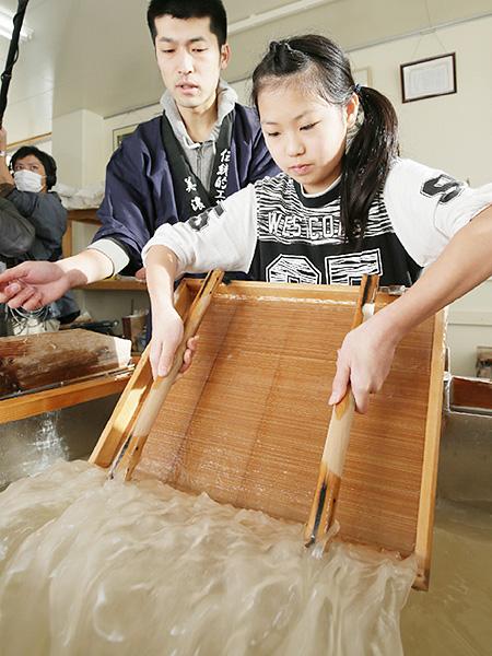 児童が和紙を使った卒業証書の用紙作り