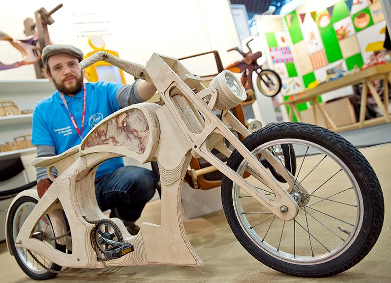 実際に乗ることができるおもちゃの木製バイク
