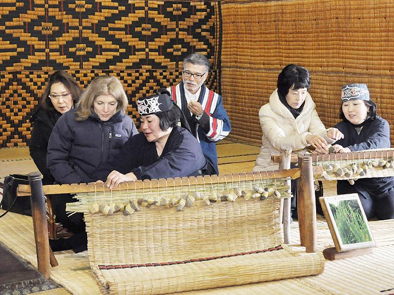 ケネディ駐日米大使「アイヌ民族博物館」見学