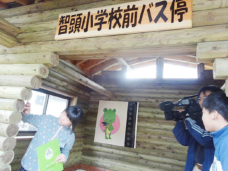 鳥取県智頭町で高校生らがバス停を製作
