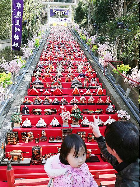 遠見岬神社の60段の石段に1200体のひな人形