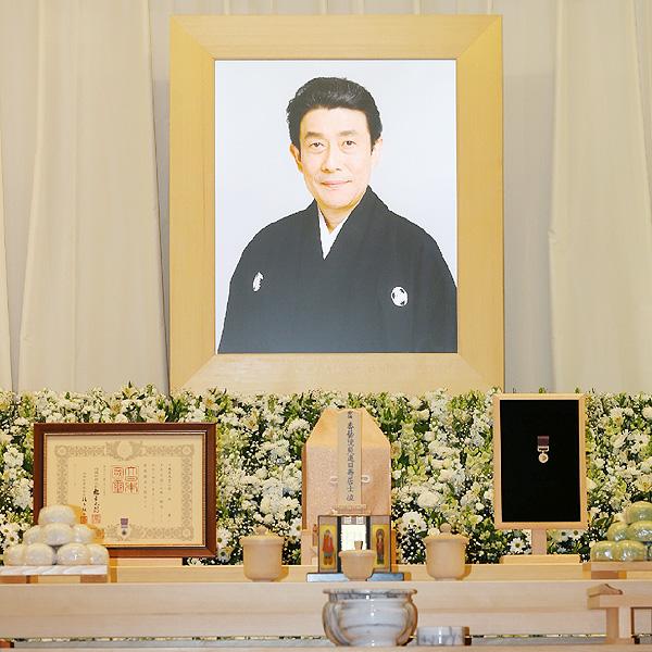 さようなら坂東三津五郎さん、青山葬儀所で本葬