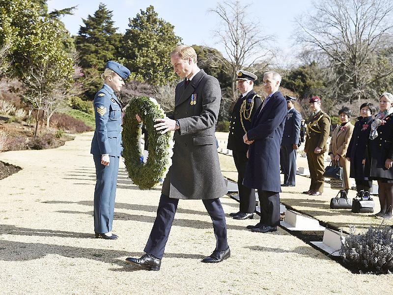 ウィリアム王子、英連邦戦死者墓地で献花