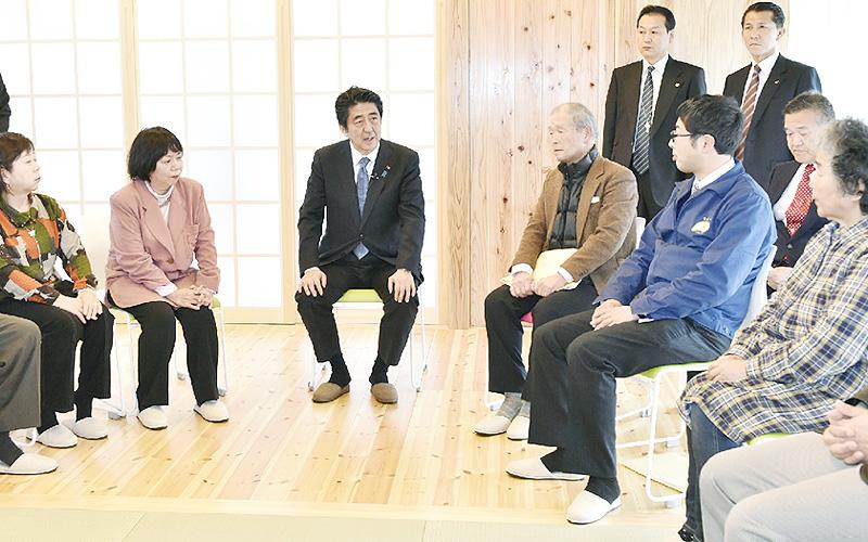 安倍晋三首相、福島・郡山市の復興住宅を訪問