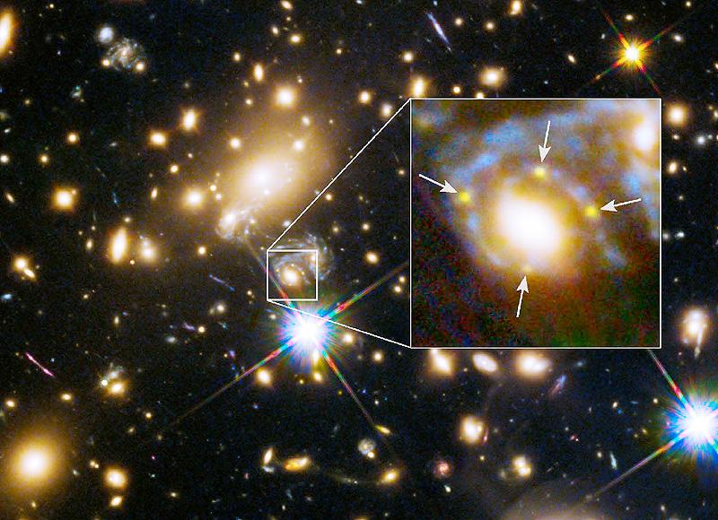 93億光年離れた銀河内の超新星、四つに見えた