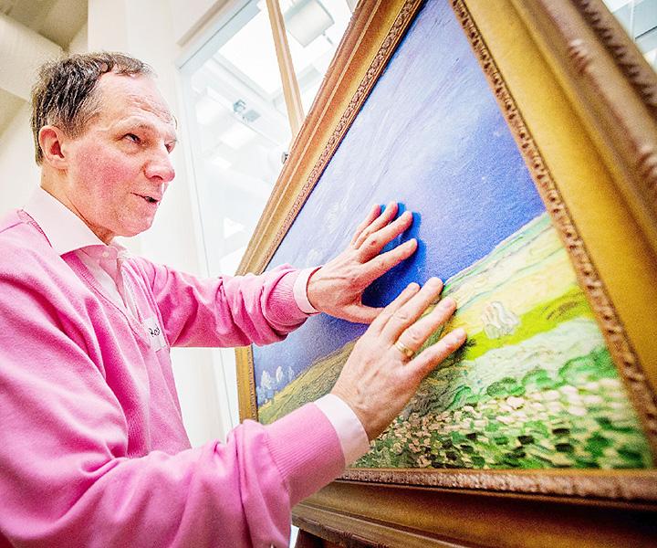 視覚障害者の男性、ゴッホの作品を触って鑑賞