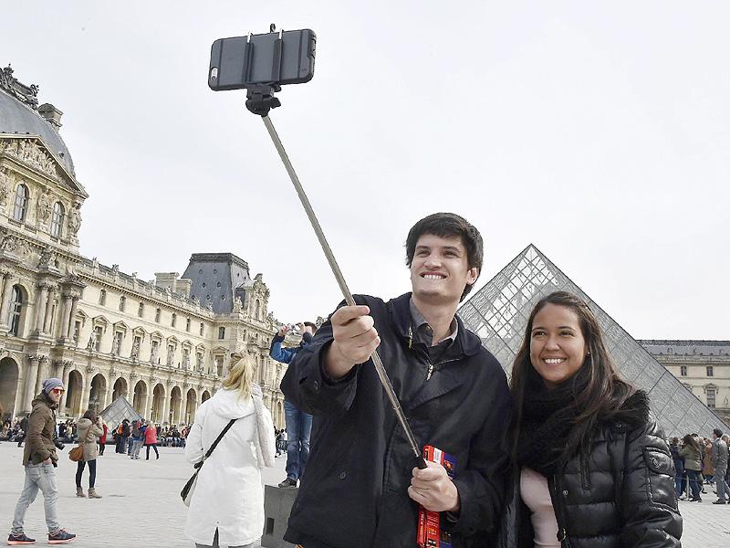 フランスの美術館で広がる「自撮り棒禁止」