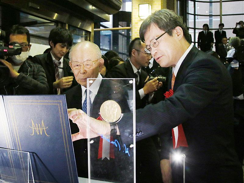 赤崎・天野教授、メダルのレプリカを寄贈