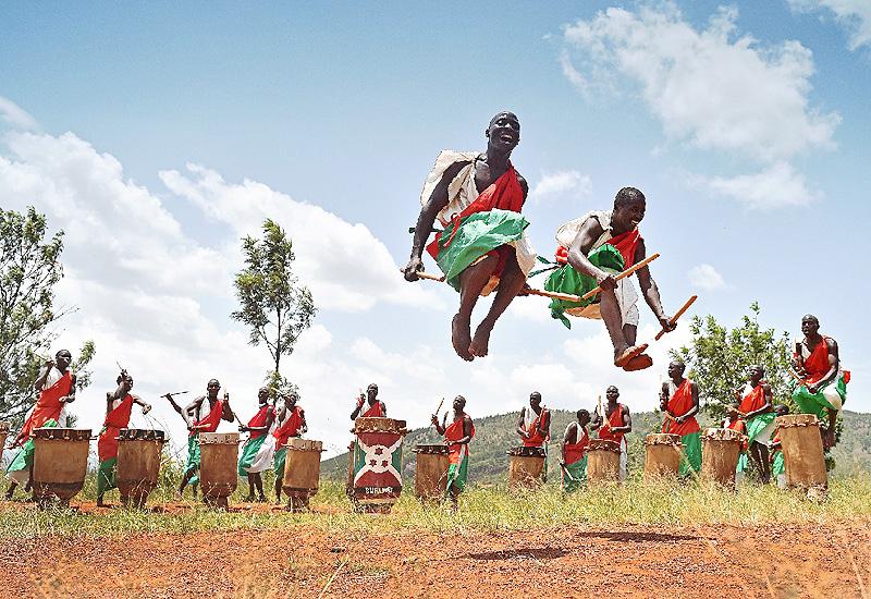 太鼓のリズムに合わせて伝統的な祭礼の踊り