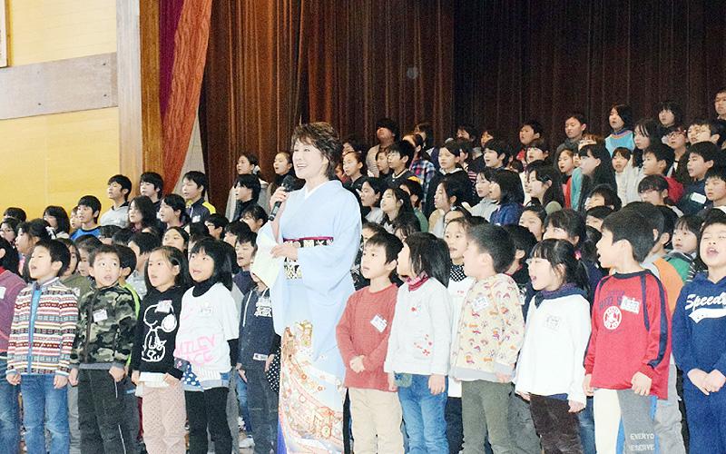 日和山小学校開校で小林幸子さん作の校歌披露