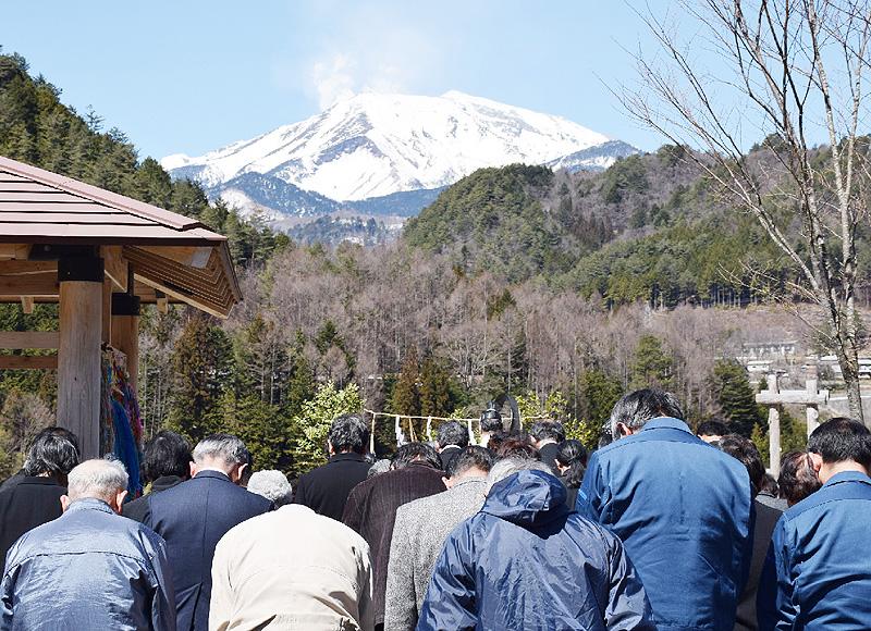 御嶽山噴火から半年、麓の献花台で黙祷