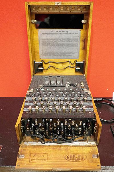 ナチス・ドイツの暗号機「エニグマ」を展示