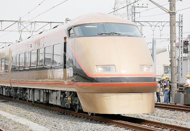 東武鉄道、輝く「金色特急」を公開