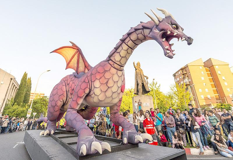 14メートルのドラゴン、今にも火を噴きそう