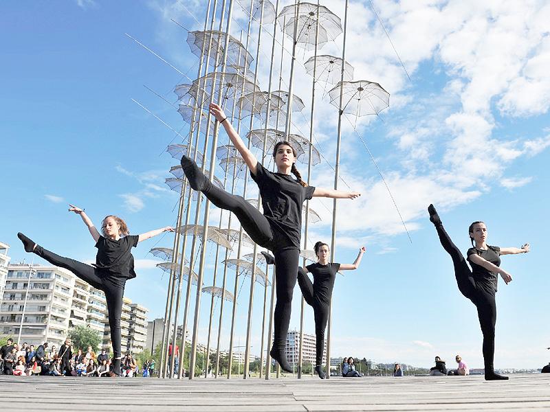「国際ダンスデー」、青空の下で舞うダンサー