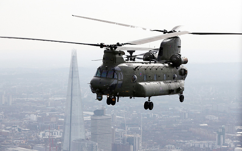 英軍のヘリ「チヌーク」、「大き過ぎてお断り」