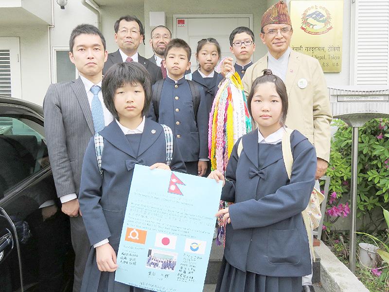 バッタライ・ネパール大使に千羽鶴を手渡す