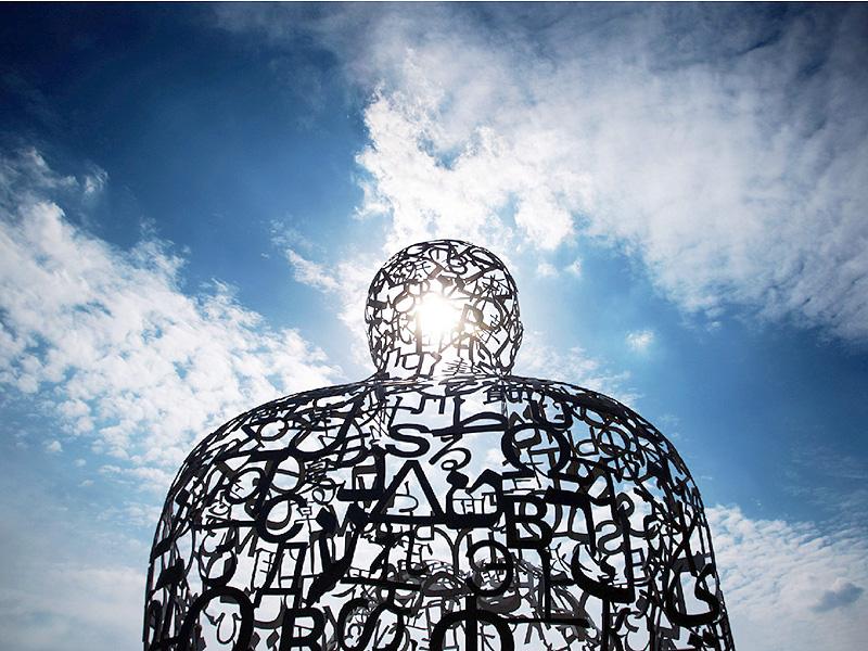 フランクフルトの大学にある日光浴をする彫像