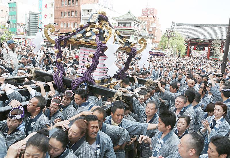 「本社神輿各町渡御」、みこし浅草神社を出発