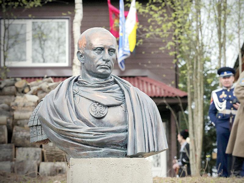 プーチン大統領の胸像が故郷にお目見え
