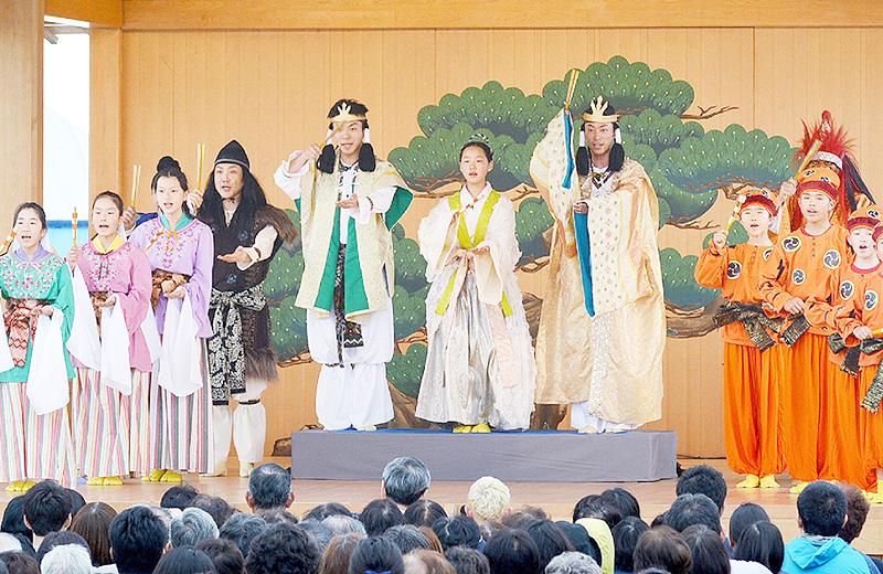 狂言師の野村萬斎さんと小中学生27人が共演