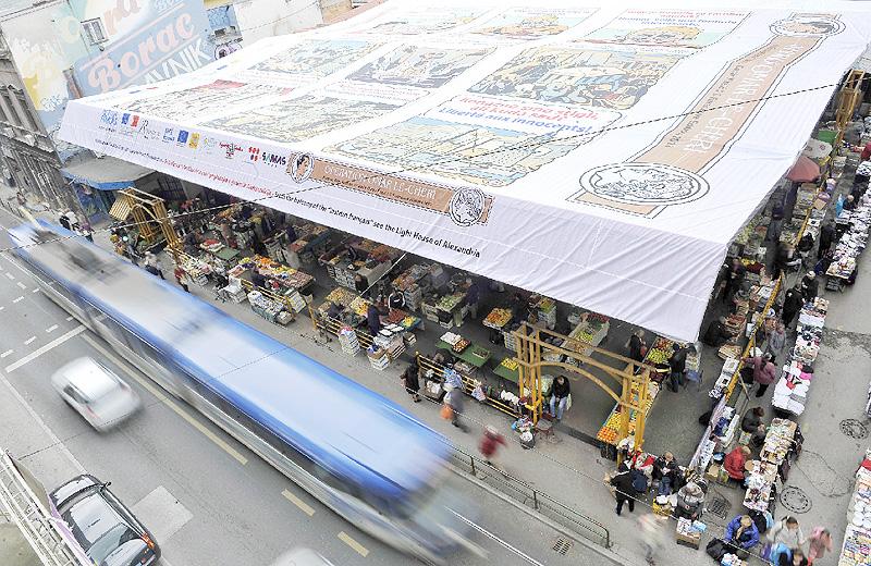 サラエボの野外市場に巨大な漫画が登場