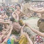 インドネシア・バリ島の祭り会場でけんか?