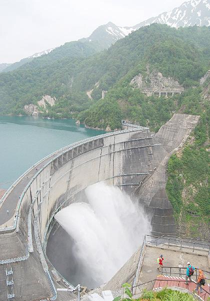 黒部ダムで風物詩の「観光放水」が始まる