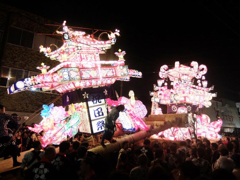 「砺波夜高祭」、夜空染めるあんどんの競演