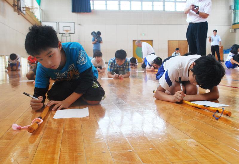 群馬・美九里東小学校の児童、つえにメッセージ